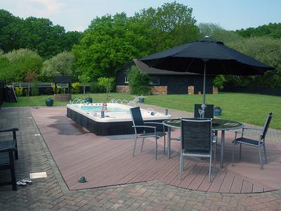 Spa de nage bi zone CATALINA SPAS 18-3 installé en extérieur semi encastré