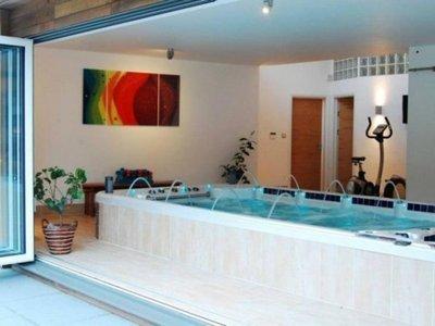 Spa de nage bi zone CATALINA SPAS 18-5 installé en intérieur semi encastré