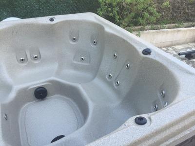 Bascule et pose du spa rotomoulé DURASPORT SPAS modèle G2L sur chevrons