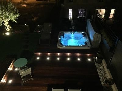Terrasse en bois avec éclairages de nuit - spa CATALINA Aurora à Cuers dans le VAR